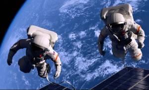 Δύο αστροναύτες μαστορεύουν αιωρούμενοι στο κενό (vid)