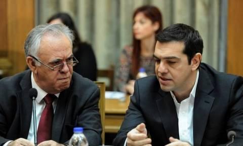 Νέα χάραξη στρατηγικής από Τσίπρα για να μειώσει τα «αυτογκόλ»
