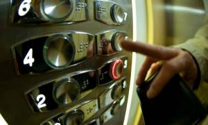 Το μήνυμα ενός κοριτσιού μέσα σε ασανσέρ που προκαλεί ρίγη συγκίνησης – Δείτε τι έγραψε