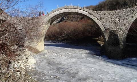 Πολικό ψύχος στα Ιωάννινα: Πάγωσε ο ποταμός στο Ζαγόρι (photo)