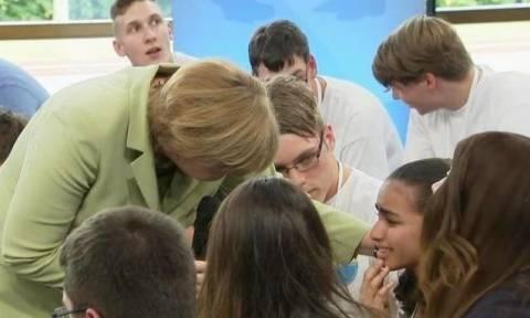 Η Μέρκελ την έκανε να κλάψει, όμως στο τέλος εκείνη χαμογέλασε!