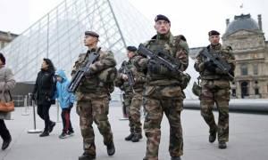 Χριστούγεννα στο Παρίσι: Περισσότεροι στρατιώτες στους δρόμους από τουρίστες