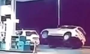Οδηγός τζιπ κάνει κύκλους σε βενζινάδικο στις δύο ρόδες! (video)