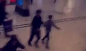 Άνδρας με μαχαίρι σπέρνει τον τρόμο σε εμπορικό του Λονδίνου (video)