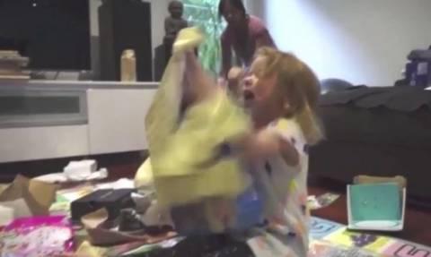 Η απίστευτη αντίδραση της μικρούλας όταν ξετυλίγει το χριστουγεννιάτικο δώρο της!(vid)