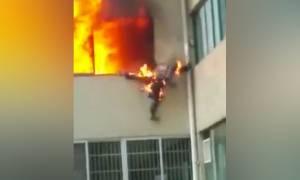 Κίνα: Στις φλόγες πυροσβέστης βουτά στο κενό για να σωθεί (vid)