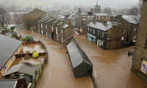 «Πνίγεται η Αγγλία» - Έκτακτη σύσκεψη συγκαλεί ο Κάμερον (Pics+Vids)