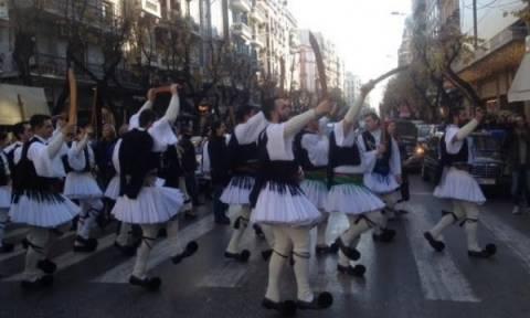 Τα «Ρουγκάτσια» αναβίωσαν φουστανελάδες στη Θεσσαλονίκη