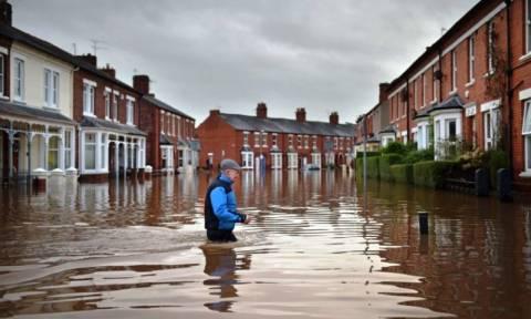 Βρετανία: Στρατό στέλνει ο Κάμερον για τις πλημμύρες στη βόρεια Αγγλία (Pics & Vid)
