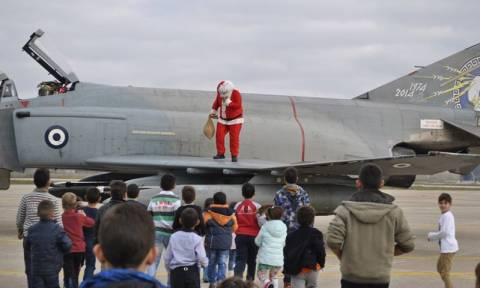 Ανδραβίδα: Ο Άγιος Βασίλης προσγείωσε τα δώρα με Φάντομ της Πολεμικής Αεροπορίας!