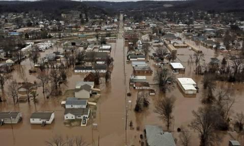 Σαρωτικές πλημμύρες με δεκάδες νεκρούς στο Μιζούρι και το Ιλινόις