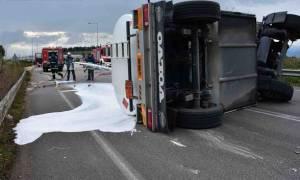 Ναύπλιο: Τούμπαρε βυτιοφόρο με καύσιμα στην εθνική οδό Μυκηνών - Ναυπλίου (pics&vid)