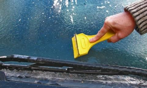 Έτσι θα καθαρίσετε τον πάγο από το παρμπρίζ του αυτοκινήτου