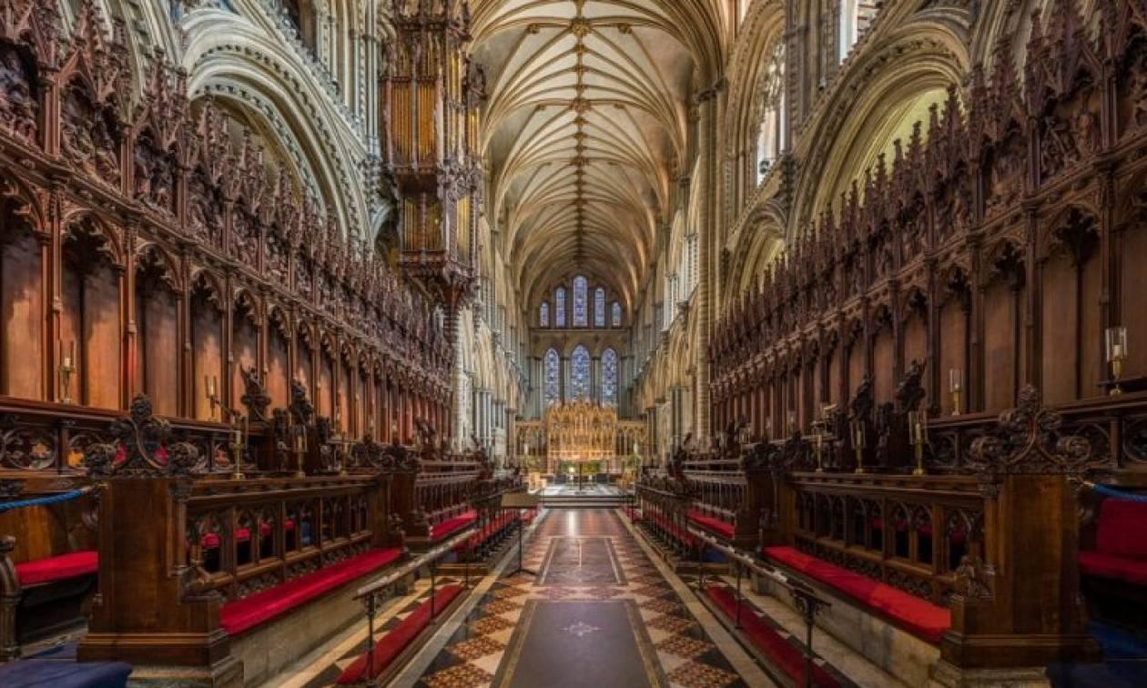 Ιερέας σοκάρει τους πιστούς κατά τη διάρκεια Λειτουργίας (Vid)