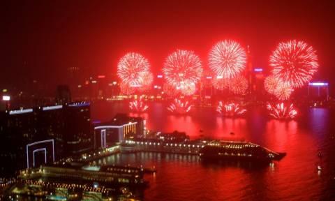 Πρωτοχρονιά στο Χονγκ Κονγκ: Ίσως το καλύτερο σόου πυροτεχνημάτων στον κόσμο (Vid)