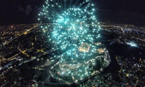 Πρωτοχρονιά 2016: Η Αθήνα υποδέχεται τη νέα χρονιά με εντυπωσιακά βεγγαλικά (photos + video)