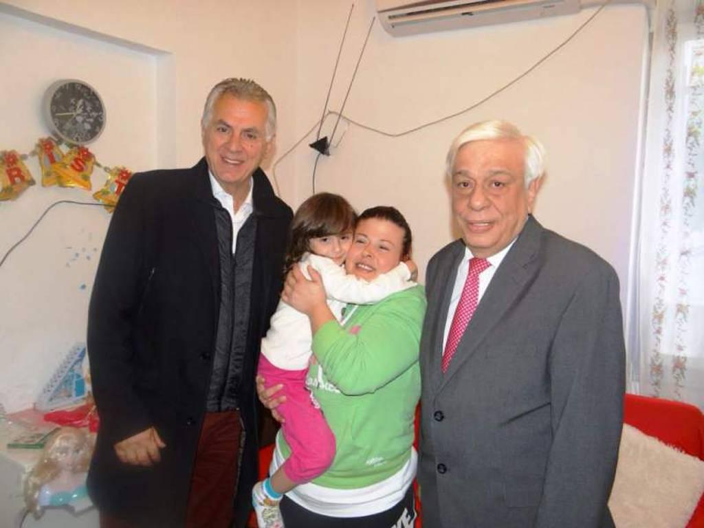 Αιφνίδια επίσκεψη του Προκόπη Παυλόπουλου σε ένα φτωχικό σπίτι στο Περιστέρι (photo)