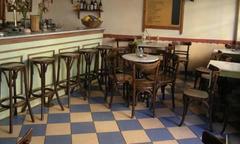 Τρίκαλα: H πινακίδα που άφησε μπερδεμένο ένα ολόκληρο καφενείο (photo)