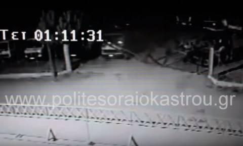 Ωραιόκαστρο: Γκρέμισαν αυλόπορτα με μπουλντόζα και έκλεψαν δύο φορτηγά (video)