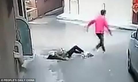 Βίντεο σοκ: Τη σακάτεψαν στο ξύλο για μια τσάντα (vid)