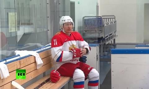 O Πούτιν σκοράρει (και) στο χόκεϊ και αποθεώνεται (video)