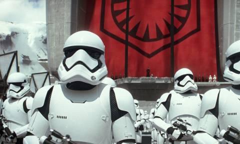 """Το ένα ρεκόρ μετά το άλλο σπάει η ταινία """"Star Wars: The Force Awakens"""" (Vid)"""