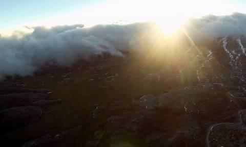 Η «άγρια» ομορφιά της Κρήτης - Πετώντας πάνω από τα σύννεφα στην κορυφή του Ψηλορείτη (vid)