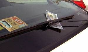 Αν δείτε κάτω από τον υαλοκαθαριστήρα λεφτά μην πλησιάσετε το όχημα σας. Επικίνδυνο!