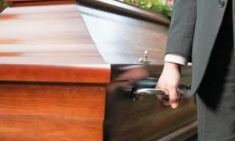 Το περιστατικό που «πάγωσε» τους πάντες σε κηδεία – Τι συνέβη;