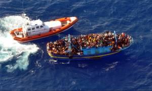 Ιταλία: Διακινητές ανάγκασαν πρόσφυγες να πέσουν στη θάλασσα - Μία νεκρή