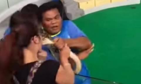 Κινέζα πήγε να φιλήσει πύθωνα στο στόμα! Δείτε πώς κατέληξε (video)