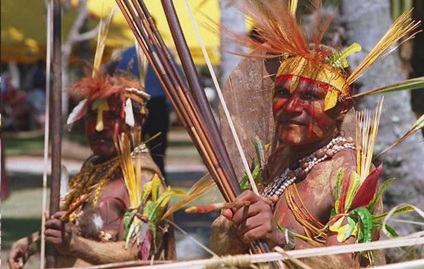 Άγρια φυλή κανίβαλων απήγαγε και βασάνισε γυμνούς ριάλιτι σταρ και τη σύντροφό του στην Παπούα (pic)