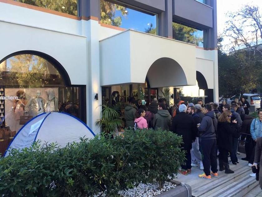 Εκατοντάδες άνθρωποι στήθηκαν έξω από μαγαζί στην Κηφισιά για ένα… ζευγάρι παπούτσια
