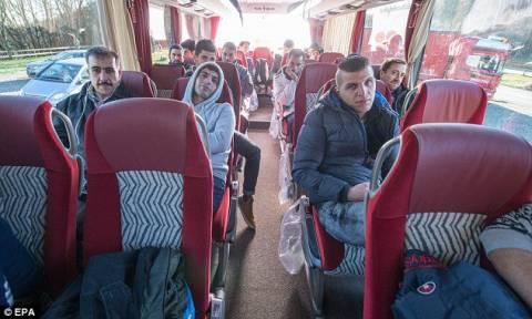 Έστειλε στη Μέρκελ λεωφορείο με... πρόσφυγες