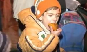 Συρία: Τα παιδιά στην πολιορκούμενη Μαντάγια τρώνε μετά από μήνες (vid)