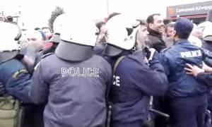 Ένταση στον Προμαχώνα: «Έσπασαν» τον αστυνομικό κλοιό οι αγρότες (vid)