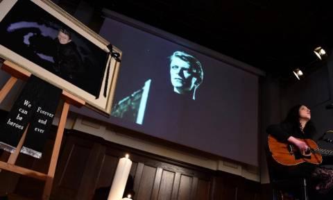 Βερολίνο: Εκατοντάδες θαυμαστές έξω από το στούντιο Hansa για το ύστατο αντίο στον David Bowie
