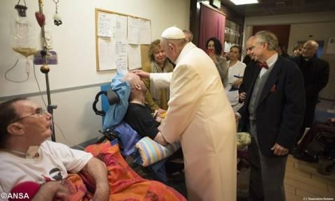 Ο πάπας Φραγκίσκος επισκέφθηκε ασθενείς σε κώμα