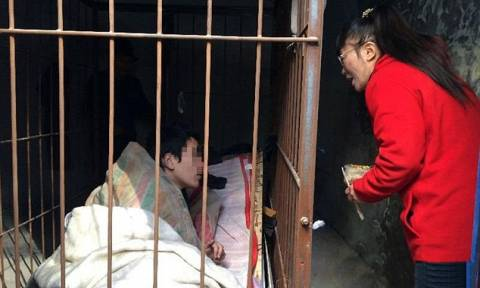 Σοκ στην Κίνα! Πατέρας έχει φυλακισμένο τον σχιζοφρενή γιο του σε κλουβί (pics)
