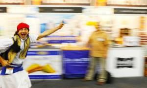 Ο Ηλίας ο Έλληνας που κέρδισε τους Αυστραλούς πελάτες...ντυμένος τσολιάς!