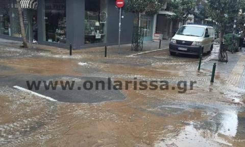 Απίστευτες εικόνες: Σε τεράστια λίμνη μετατράπηκε το κέντρο της Λάρισας! (pics+vid)