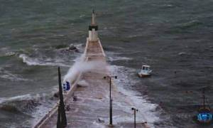 Κακοκαιρία: Η θάλασσα βγήκε στη στεριά στη Σάμο (pics+video)
