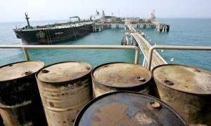 Γιατί παρά την πτώση των τιμών στο πετρέλαιο δεν πέφτει η τιμή της βενζίνης