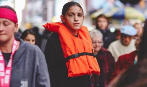 Η Ελληνίδα που κυκλοφορεί στο Μανχάταν με ένα προσφυγικό σωσίβιο