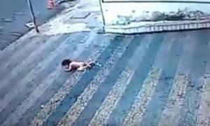 Απίστευτο! Μωρό 14 μηνών έπεσε από τον δεύτερο όροφο και γλιτώσε από θαύμα (vid)