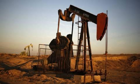 Τα οφέλη και οι κίνδυνοι από την κατάρρευση των διεθνών τιμών του πετρελαίου