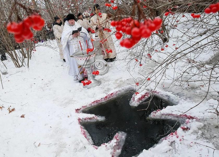 Ρωσία: Με βουτιά στα παγωμένα νερά γιόρτασαν τα Θεοφάνεια (pics)