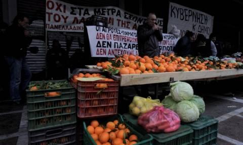 Νέο ασφαλιστικό: Αγρότες - παραγωγοί έστησαν λαϊκή αγορά έξω από το υπουργείο Εργασίας