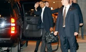 Δείτε τι περιέχει ο μυστηριώδης μαύρος χαρτοφύλακας που έχουν πάντα μαζί τους Ομπάμα και Πούτιν