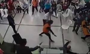 Θαύμα! Ετοιμαζόταν να μαχαιρώσει ιερέα και τότε συνέβη κάτι απίστευτο (video)